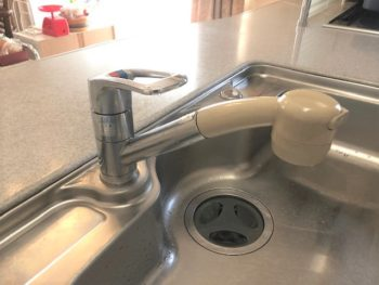素敵なアイランドキッチンの水栓金具をリフレッシュ