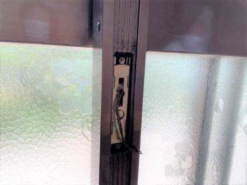 玄関引き戸の鍵を交換します